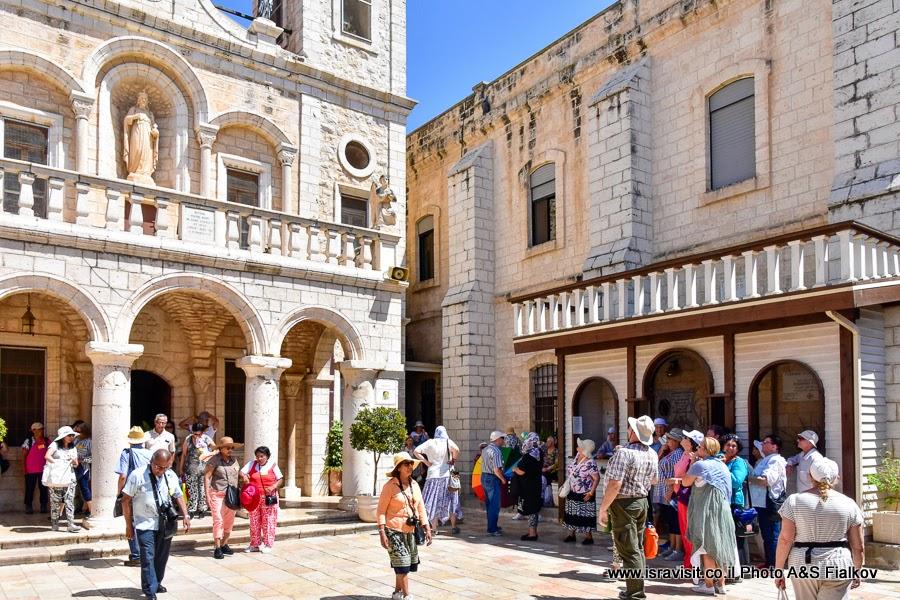 Двор церкви Венчания в Кане Галилейской. Экскурсия по Святым местам Галилеи гида в Израиле Светланы Фиалковой.