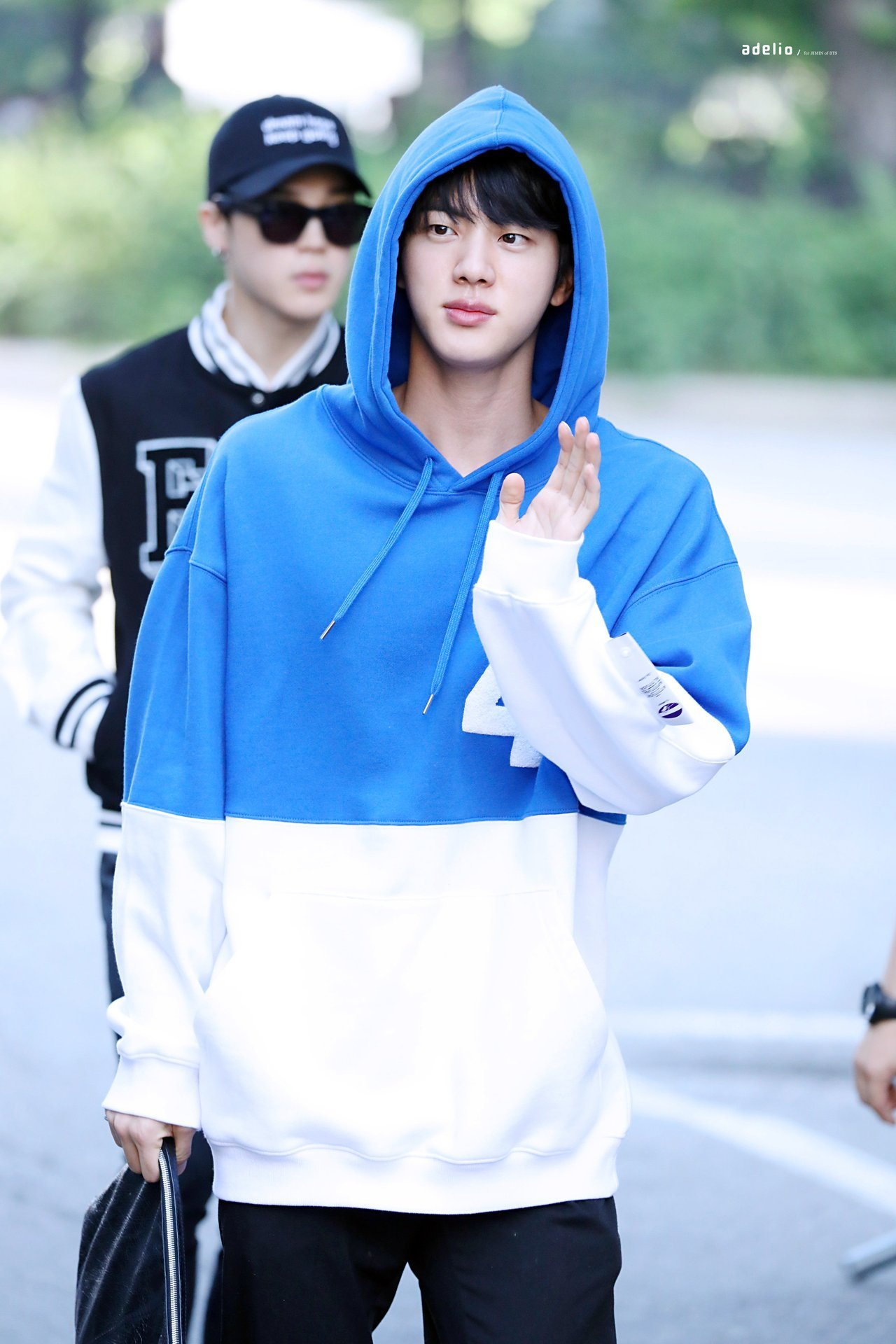 bts jin shoulders1