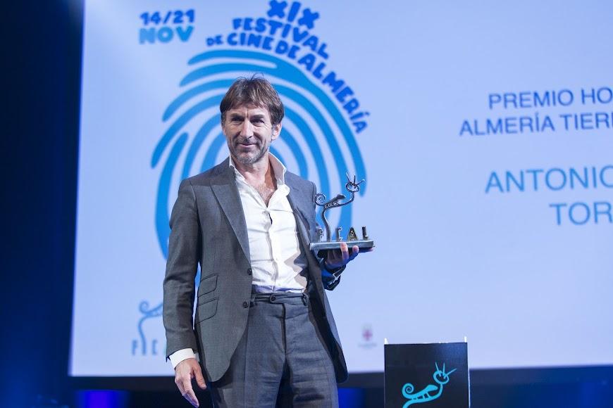 De la Torre muestra emocionado el premio honorífico de Fical.