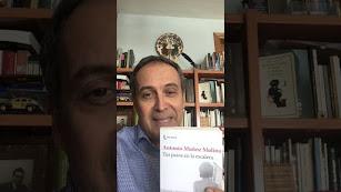 Miguel Arranz con el libro de Muñoz Molina.