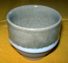 写真: ビードロ釉溜まりぐい呑み 流下する灰釉の白い溜まりが味わいです。  掲載作品のお問い合わせは ℡/FAX 098-973-6100でお願致します。 日展会友 平良幸春