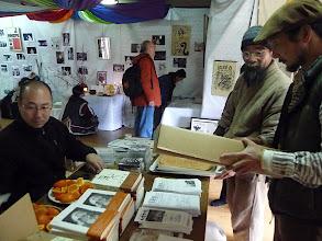 Photo: ナナオの本やポスターが並んでいます