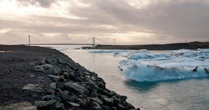 Photo: El glaciar acaba muy cerca del mar, los témpanos de hielo caen al agua del deshielo, y esta es la desembocadura de ese deshielo. Al fondo detras del puente es el mar.