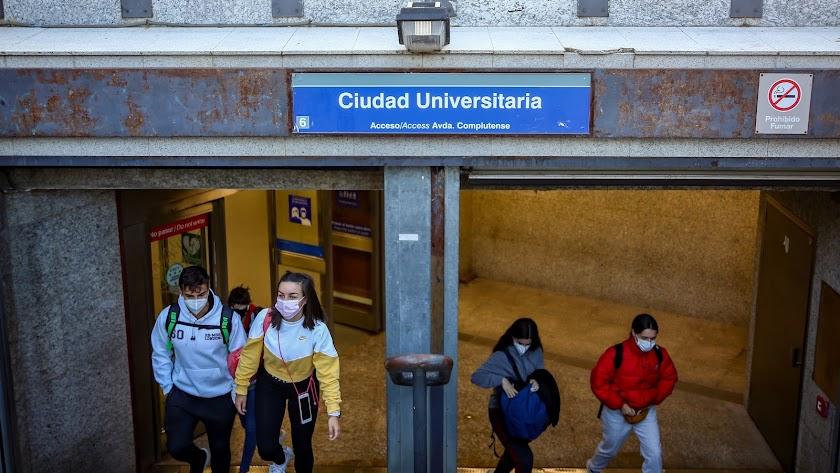 Varios jóvenes salen del Metro de Ciudad Universitaria durante el primer día laborable con restricciones de movilidad en Madrid.