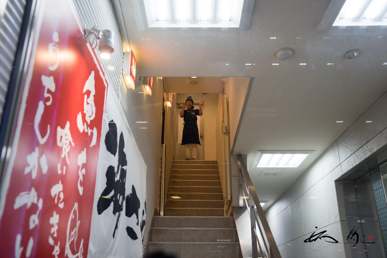 階段の上で、御見送りするサチさん!