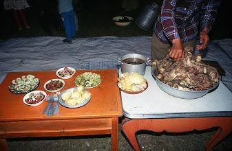 Photo: 03282 ハドブルグ家/夕食/ホルホック/乳製品の盛り合わせ/ゆでた内臓/ゆでたジャガイモ/キュウリのピクルス/インゲン豆のピクルス/ソーセージやタマネギのスライス盛り合わせ