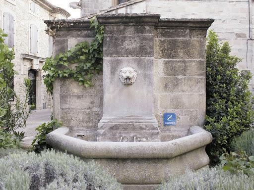fontaine de l'église à visan