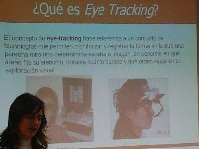 Fotografía de Elena Lafuente impartiendo su presentación sobre Eye Tracking