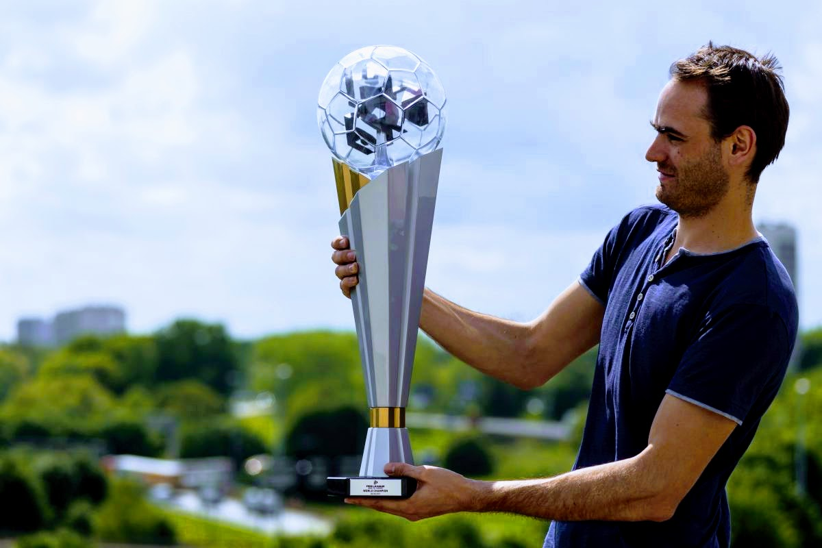 3DTrophyFactory делает «самый большой в мире» трехмерный печатный трофей для финальной части чемпионата мира PES