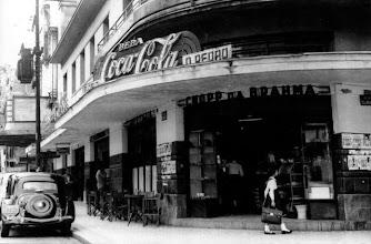 Photo: Bar D. Pedro. Localizava-se embaixo do Hotel D. Pedro, aonde hoje funciona a Galeria Quartier. Depois alí se instalou A Musical. Provavelmente foto da década de 50.