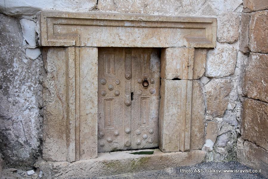Дверь в пещеру саркофагов. Национальный парк Бейт Шеарим. Экскурсия гида по Израилю Светланы Фиалковой.