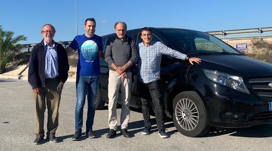 Parte del equipo de La Voz ed Almería y Cadena SER junto al vehículo Mercedes