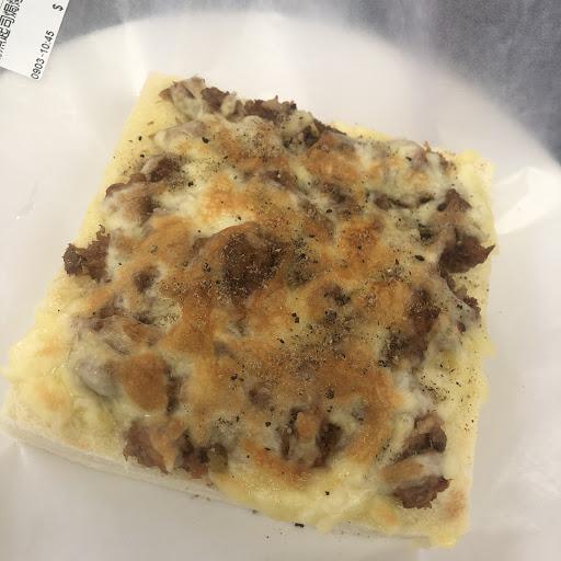焗烤厚片真的很好吃、上層焦香吐司都還軟嫩真的好吃😋可以一次吃兩個。 意麵沙茶口味但味道還是算較清淡