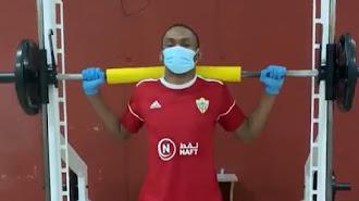 Owona con mascarilla y guantes en la sala médica del Estadio.
