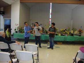 Photo: Anh Bùi Mạnh Hà giới thiệu một vài cây lan được anh Bình Ben (hội viên cũ) và anh Tùng đã mang tới trưng bầy.