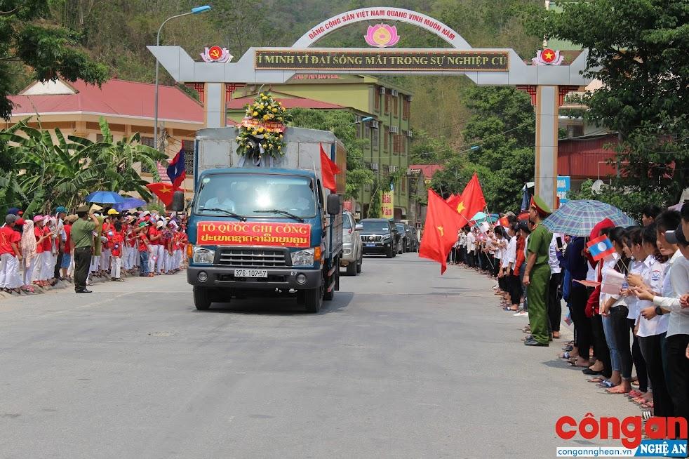 Lễ đón và rước các anh hùng, liệt sỹ và chuyên gia Việt Nam đã anh dũng chiến đấu hy sinh tại Lào