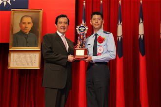 Photo: 總統馬英九先生29日在「慶祝103年軍人節暨全民國防教育日表揚活動」中,頒獎表揚各類獲獎楷模。(軍聞社記者李一豪攝)