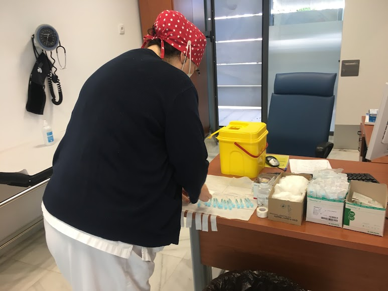 Una enfermera, preparando vacunas.