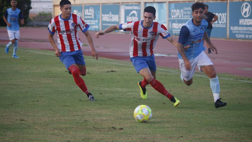 Óscar Lozano luchando por un balón.