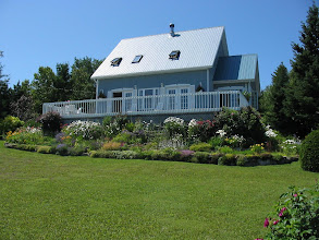 Photo: La très belle maison de Lucette et Jean-Louis. La plate-bande est magnifique.