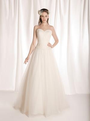 Robe de mariée princesse Figue, bustier coeur drapé croisé asymétrique, en tulle et bande de dentelle, laçage dans le dos, romantique et épurée