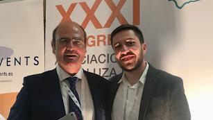 Profesionales del Hospital de Poniente recogiendo el premio en el Congreso andaluz de Urología.