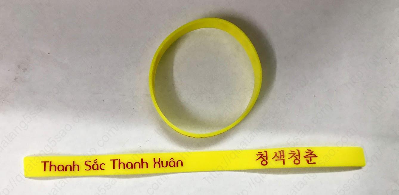 Vòng tay nhựa dẻo tại sự kiện chia tay Thanh Sắc Thanh Xuân