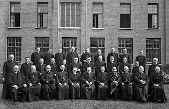Photo: 1937 Groepsportret paters van klooster Liesbos - bisschop mgr. P.A.W. Hopmans (zesde van rechts) en burgemeester G.M.S. Sutorius (vierde van rechts)