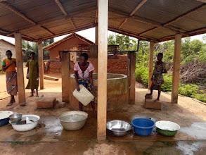 Photo: le 3ème puits financé par le CTM en 2006 contribue à l'essor d'un quartier de Dré qui n'était que broussailles