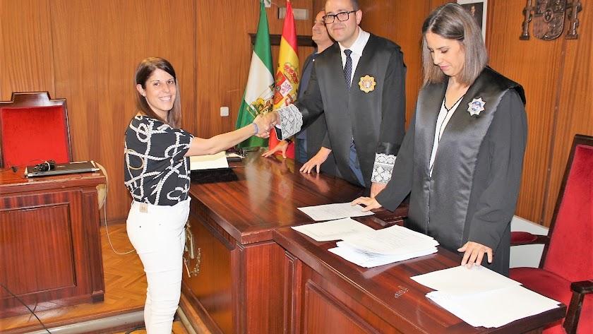Mónica Navarro recogiendo su acta de concejal tras las últimas elecciones.