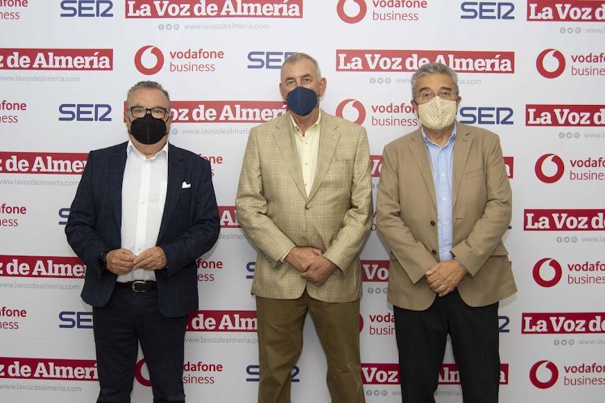 Pedro M. De la Cruz, director de La Voz; Marc Royen, presidente de Proconsult; y Juan Fernández, consejero delegado de La Voz.