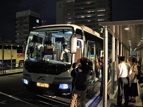 JR四国バス「北陸ドリーム四国号」 7902_07 開業式典 マスコミ取材中(乗車時)