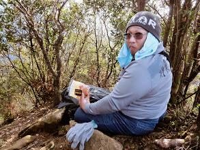 Photo: 登頂欣賞完皇帝椅與美景後,我們回到山頂標示牌附近繼續午餐、休息。新造型是毛帽中加條毛巾,因為滿頭大汗直接戴帽不舒服,不戴卻又山風冰冷難耐。