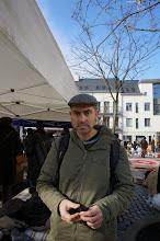 Photo: Yo haciendo el mongui, probándome una gorra en el mercado de las pulgas de Joeu de Ball.