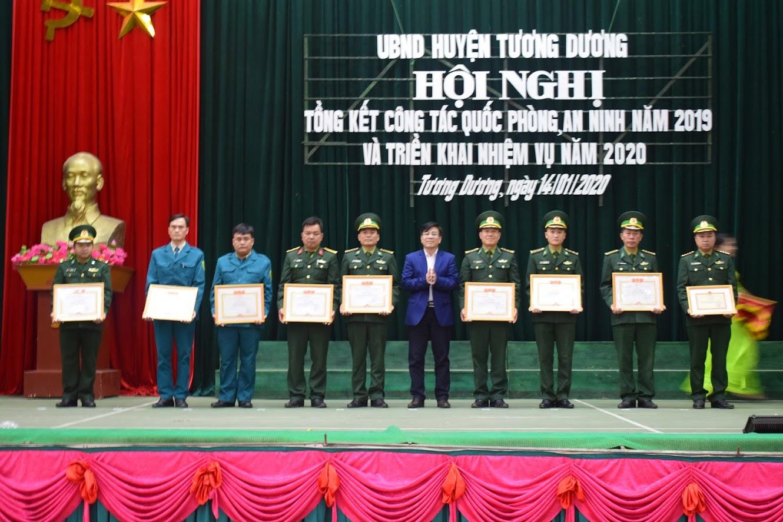 -Đồng chí Phan Đức Sơn, Chủ tịch UBND huyện, trao tặng giấy khen cho các tập thể, cá nhân đạt thành tích xuất sắc.