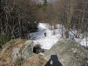 Photo: 13.Mijamy fajne skałki. Szlak nieco trawersuje pod nimi, by potem wyjść ponad nie.
