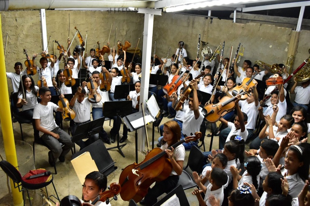 El núcleo Las Panelas, los integrantes de la Orquesta Juvenil e Infantil interpretan el Primer movimiento de 4ta Sinfonía de Tchaikovski con gran profesionalismo y pasión. El patio de una casa rural sirve de escenario para los sueños de cientos de adolescentes que sueñan su futuro en la música