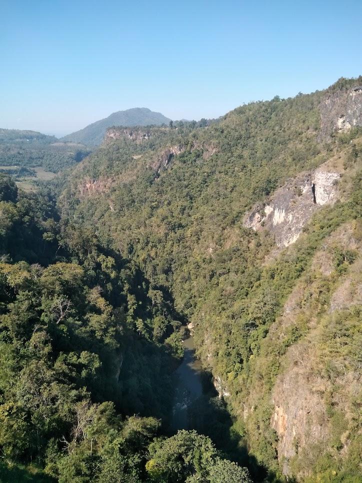 ミャンマーの深い渓谷