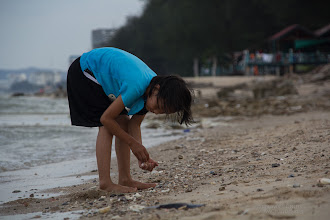 "Photo: Shells are ""exotic"" for people born in the mountain, and never went away from there.. as in the case of the children of the School. Nearly all of them collected a great amount of shells, but before leaving the beach we explained them the importance of shells for ocean and coastal ecosystems, and the importance of not removing things from the beach (besides the garbage - that.. ohh well.. they really helped to collect and through away)  หอยบนภูเขากับหอยจากทะเล มันแตกต่างกันมาก เด็กๆ ตื่นเต้นมากเลยพากันเก็บเปลือกหอยเพื่อเป็นของที่ระลึกกันใหญ่ แต่หลังจากที่ทางเราช่วยกันบอกว่าเปลือกหอยนั้นมีความสำคัญมากในการรักษาสมดุลชายฝั่ง อีกทั้งยังเป็นบ้านของสิ่งมีชีวิตอื่นๆ อีก ดังนั้น เราจึงไม่ควรเก็บเปลือกหอยจากชายฝั่ง"