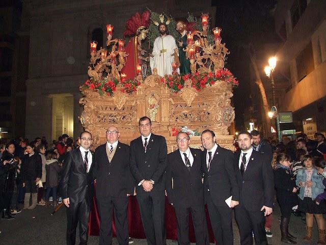 David Marín capataz de la cuadrilla de costaleros de Prendimiento y su equipo de auxiliares, con Javier Marín, a la izquierda.