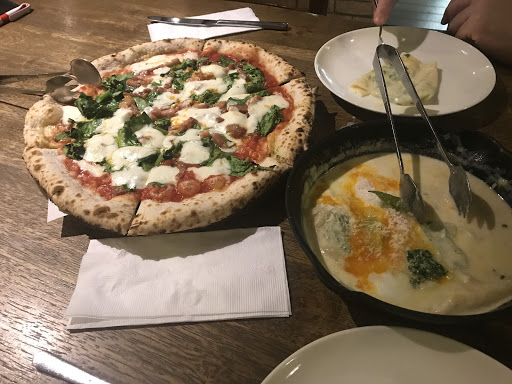 非常推薦!今天第一次嘗試沒想到我與男友很喜歡該店氣氛還有背景音樂,服務人員很客氣,餐點除了美味以外還有專業師傅現場手作比薩好過癮。今天點了Fiorentina pizza and Ravoli di