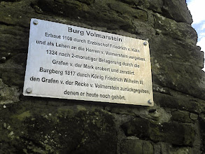 Photo: Haltbare Informationstabel an der Turmruine.