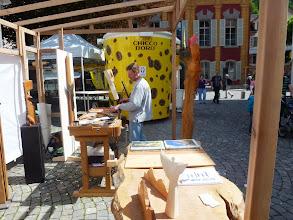 Photo: Holzschnitzer bei der Arbeit