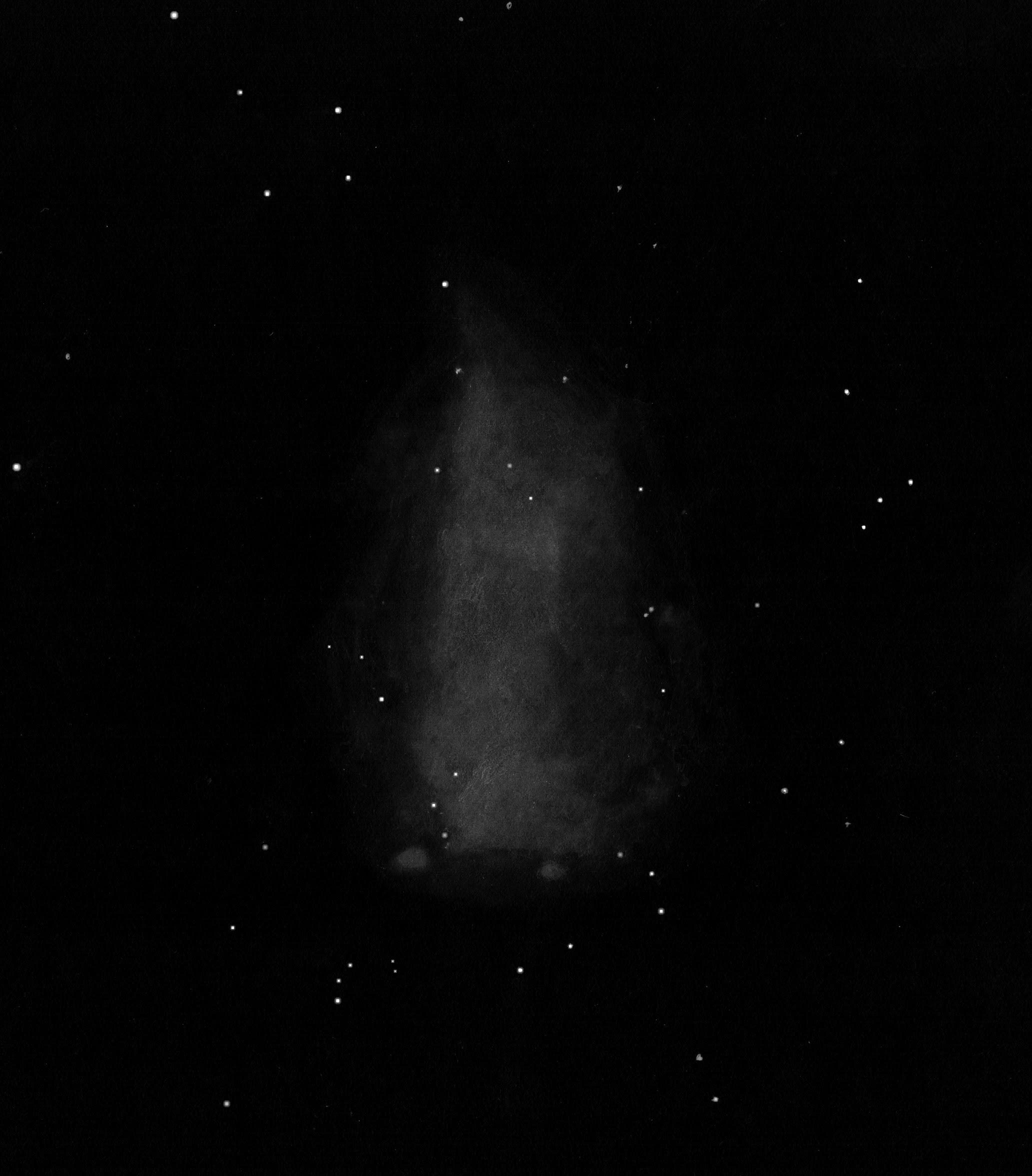 Photo: NGC 6822, la «galaxie de Barnard» dans le Sagittaire. 88X et 220X. T406, Restefond 2017. Galaxie naine qui prend la forme d'une traînée lumineuse verticale bien diaphane. Cet ectoplasme à première vue insignifiant finit par montrer quelques renforcements lumineux. Les deux zones HII en bas sont bien vues.