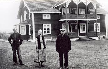 """Photo: Marielund. David Almkvist, Vilhelmina f 1875 o Erik Almkvist Andersson 1861-1949.  Familjen kom till Vasselhyttan 1932 fr Gusselby Kilbäck. Erik Almkvist åkte till Amerika 1886 efter att blivit föräldralös, återkom 1905 efter att tjänat ihop mycket pengar på (vete?)odling ca 40 000 kr och kunde då köpa gården Kilbäck i Gusselby, när pojkarna( Ragnar o David) växt upp sågs gården som för liten och en ny gård köptes i Vasselhyttan """"Marielund"""" 1932"""