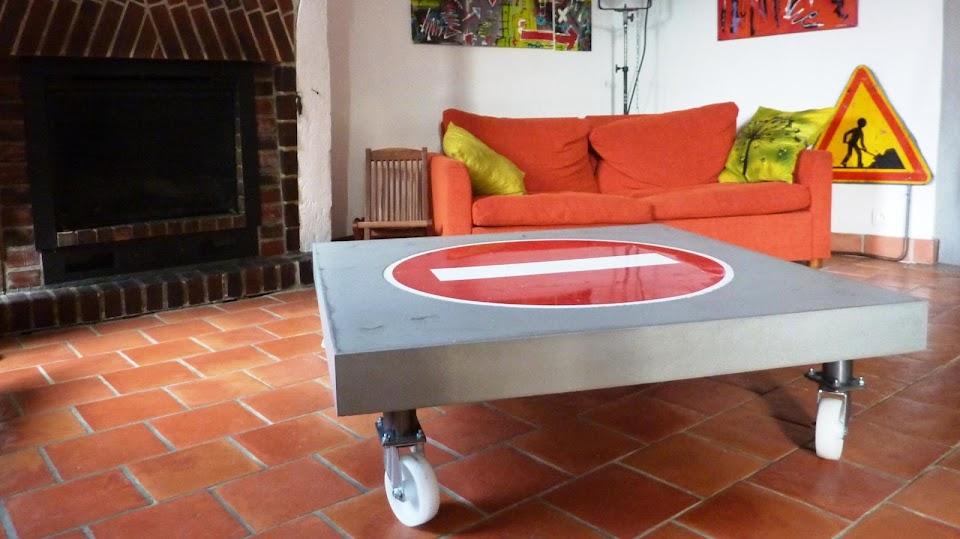 """Notre client a souhaité intégrer un panneau """"sens interdit"""" à sa table basse en béton ciré"""
