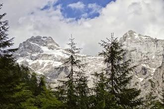 Photo: Die gesamte Abfahrt ist eng von den Bergen gesäumt.