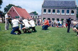 Photo: touw trekken rechts ploeg Willem Hilberts Links scheidsrechter Ede Hofsteenge, Marchienus Jobing en Jan Ratering