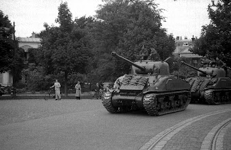 Photo: 0016. Bevrijding, tanks op Plein 1813  http://www.loki-travels.eu/
