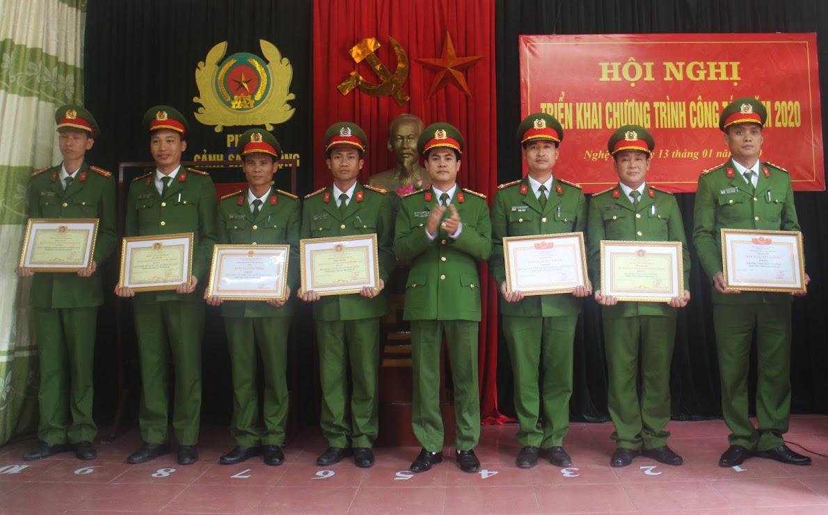 Đồng chí Đại tá Nguyễn Đức Hải – Phó Giám đốc Công an tỉnh trao thưởng cho các tập thể, cá nhân xuất sắc
